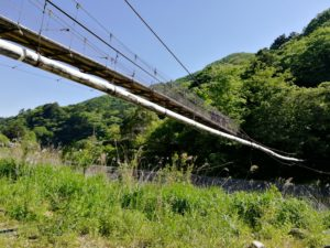 下から見た吊り橋です。誰もいません。貸し切りです