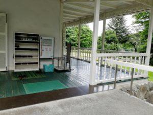 道の駅明治の森青木邸さんここが入り口です。下駄箱でスリッパに履き替えます