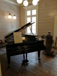 グランドピアノが飾られていて室内はピアノの伴奏が聞こえます。ショパンですね