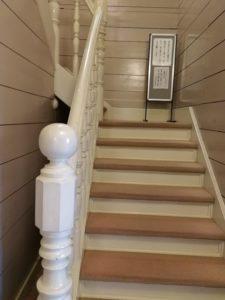 屋根裏部屋に続く階段・・・通行禁止です。この先にホルマリン漬けあるのか?