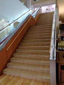 入口入って左に進むとお土産コーナー手前に二階に行く階段があります。
