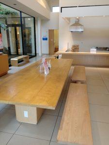 ここは休憩所です。テーブル席が設けられていました